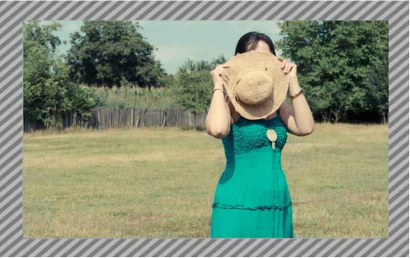 麦わら帽子を持つ女性