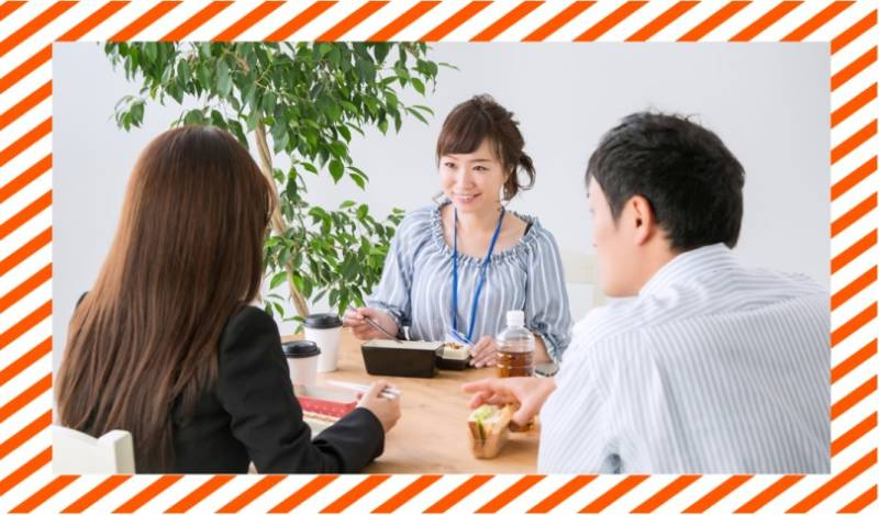 笑顔で昼食を食べる男女