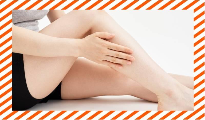 足をケアする女性