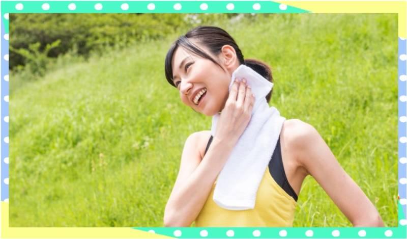 顔汗を拭く女性