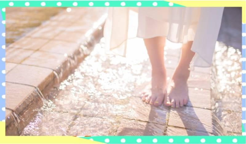 足を水で冷やす女性